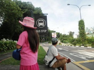 バスを待つ親子